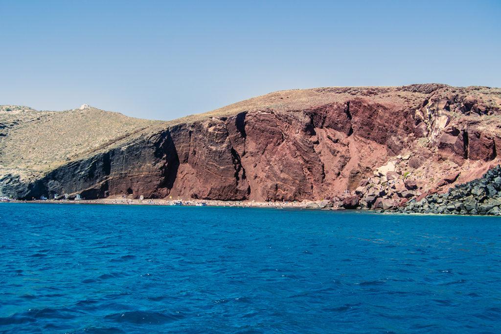 Playa roja desde crucero en yate - Descubrir Santorini