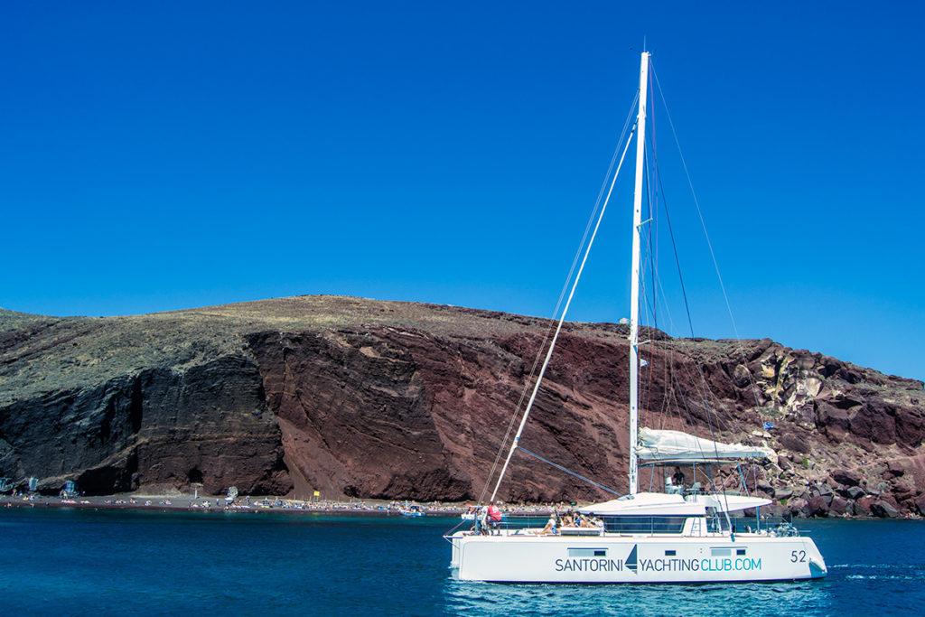 Playa roja desde el yate de Santorini Sailing - Descubrir Santorini
