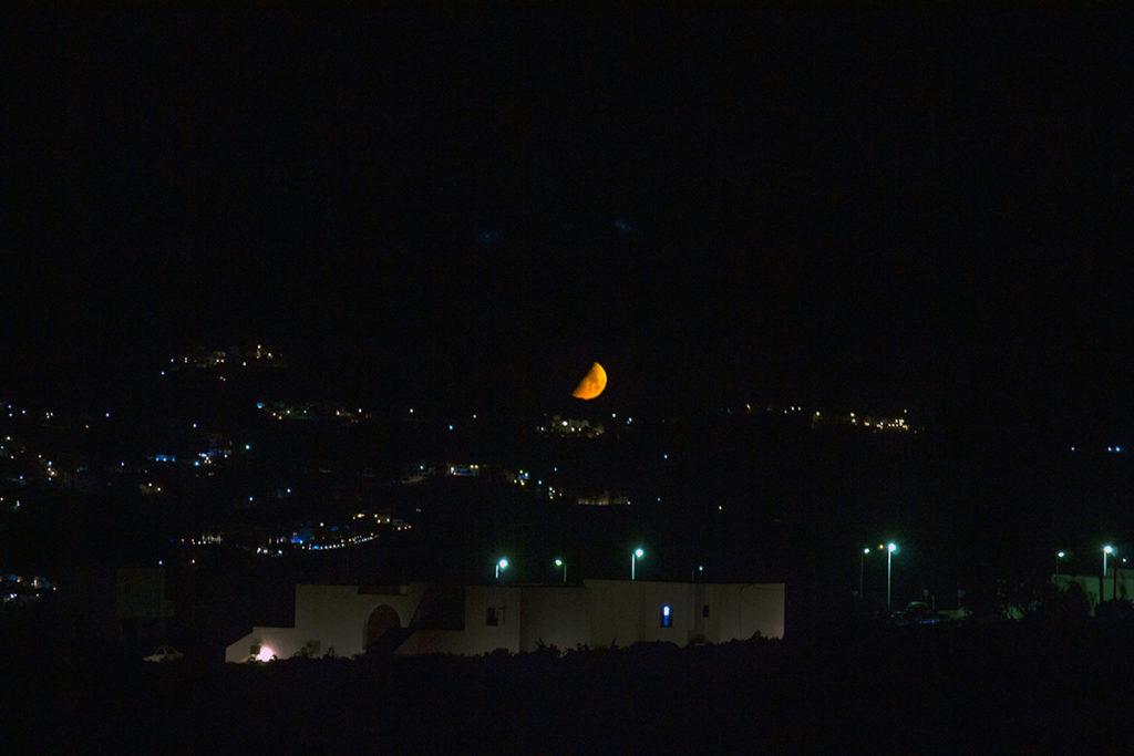 Luna sobre Santorini de camino al hotel - Descubrir Santo