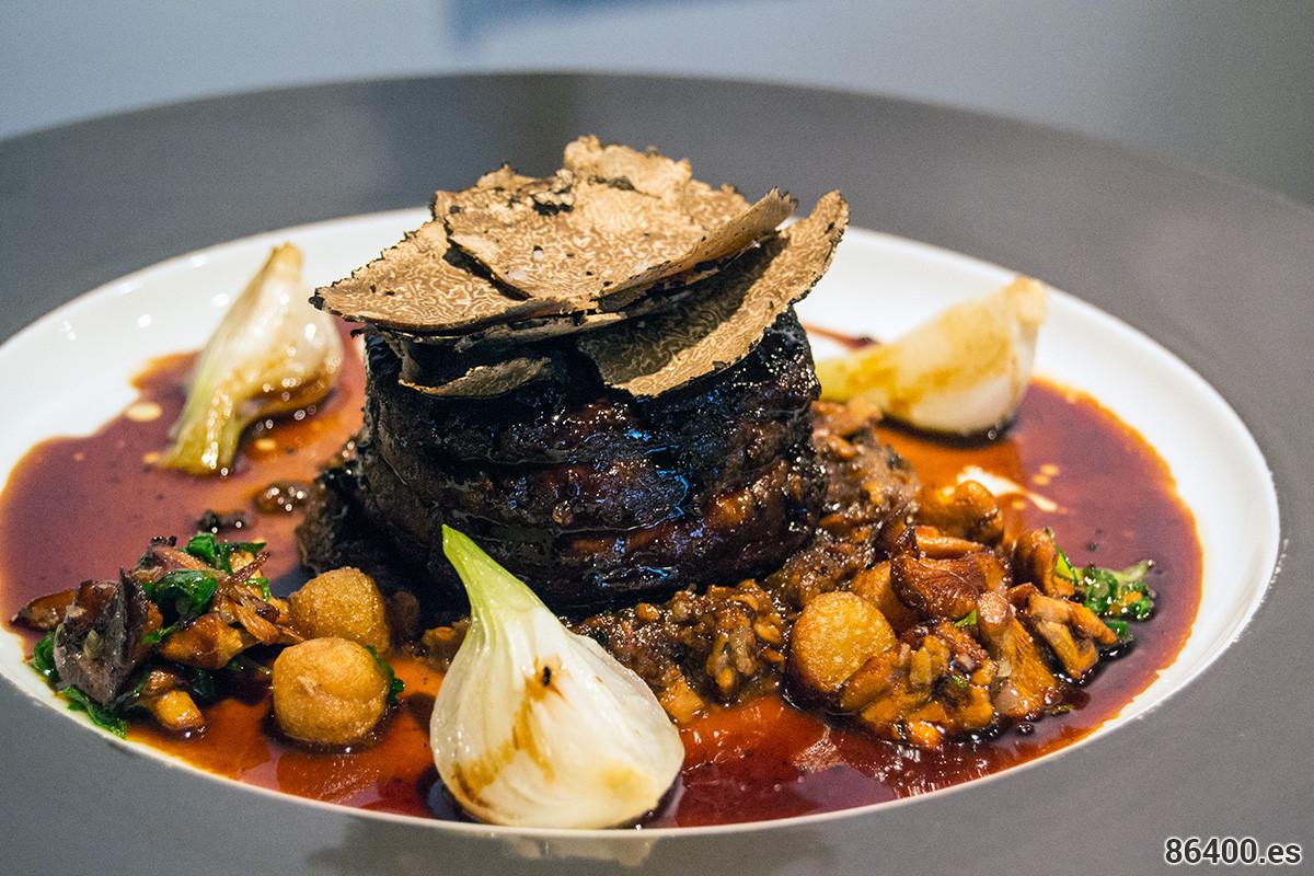 Solomillo Charolais de ternera con trufa de verano, champiñones duxelles y patatas noisette con jugo de trufa