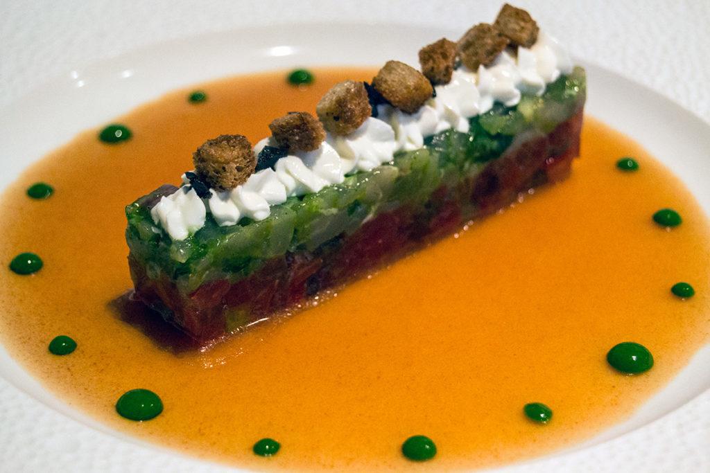 Sparus aurata marinado en aceite de albahaca, con batida fresca de Sainte-Maure, y tartar de tomates