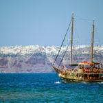 Vistas del pueblo de Oia desde alta mar - Descubrir Santorini rin