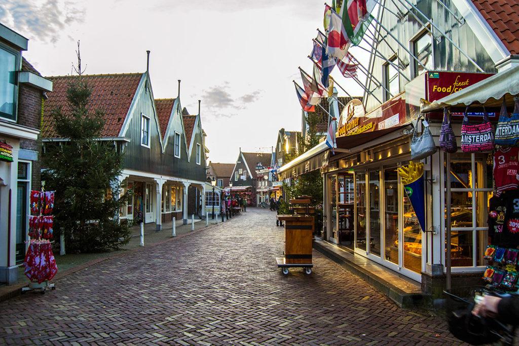 Calle turística en Volendam – Edam y Volendam