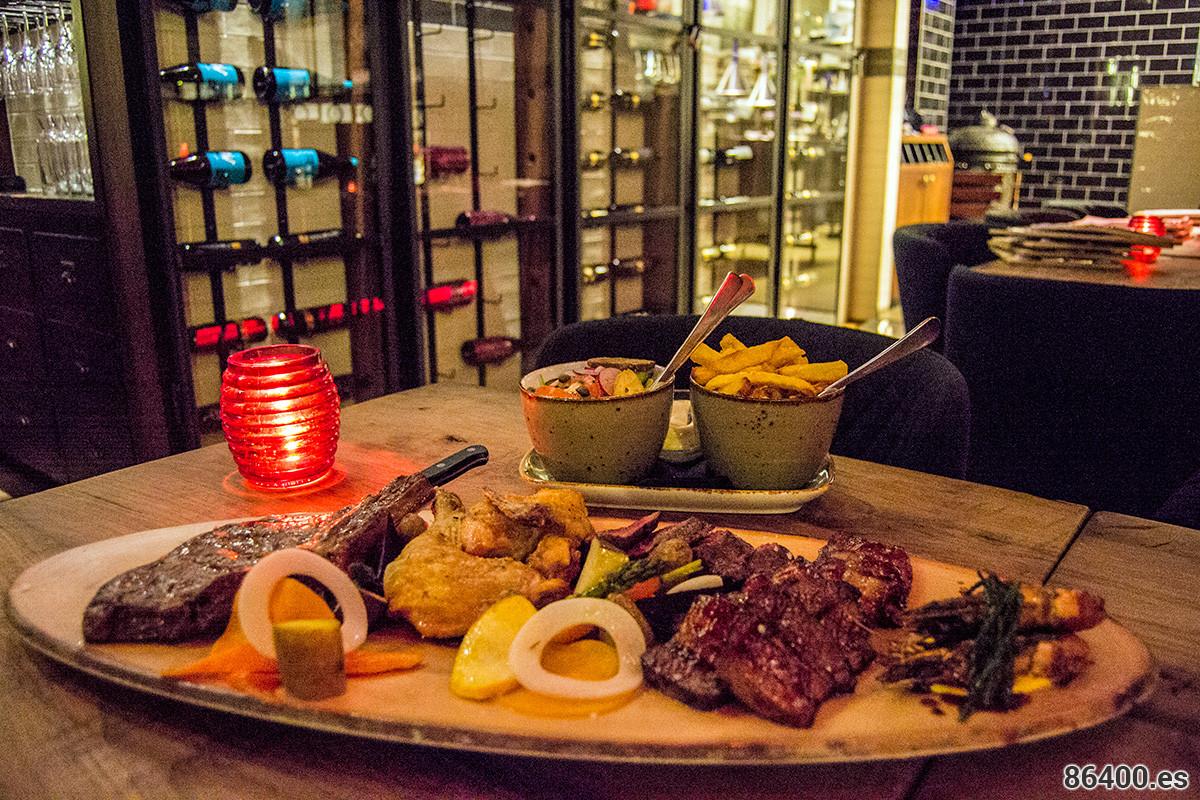 Costillas de ternera, lomo, panceta de cerdo y pollo de maíz del horno Jospen, con varias verduras y guarnición de patatas