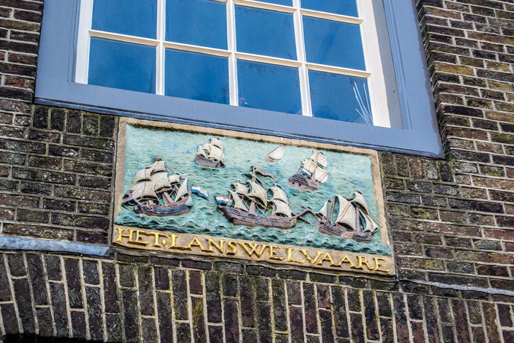 Escudo de barcos en una fachada en Monnickendam – Monnickendam y Marken
