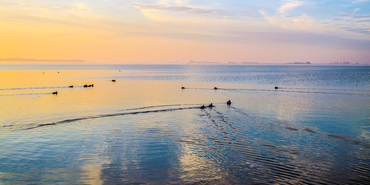 Mar infinito en el puerto de Marken - Monnickendam y Marken