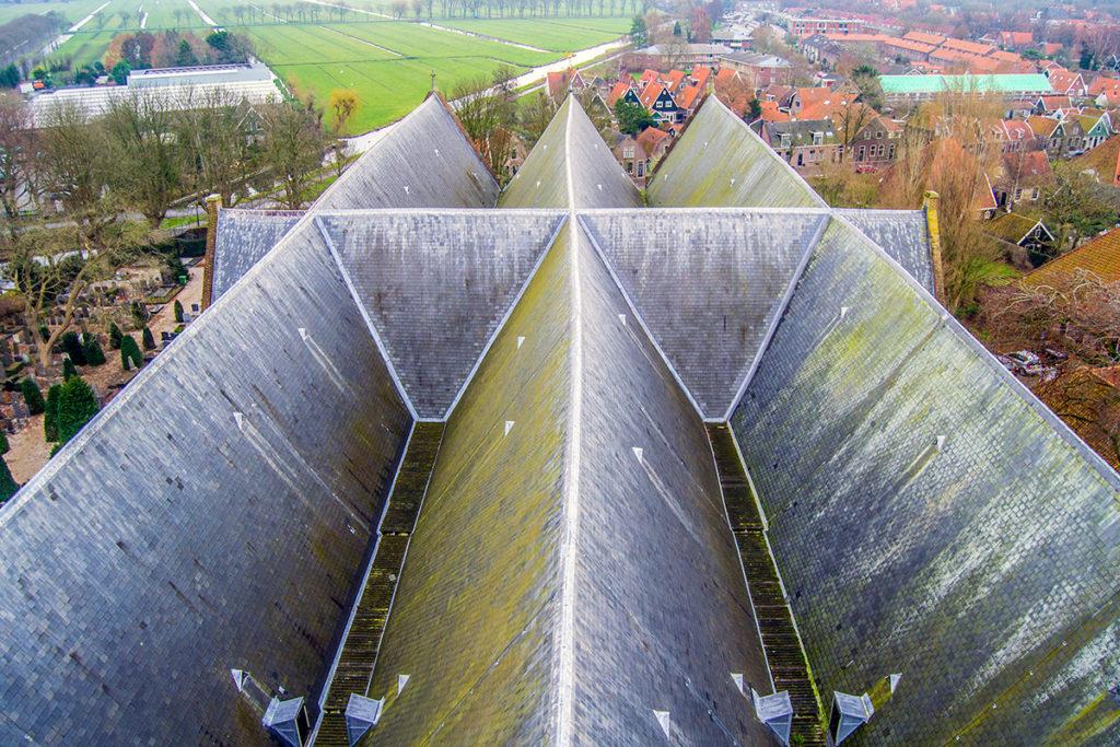 Recolección del agua de lluvia en el tejado del Grote Kerk de Edam – Edam y Volendam