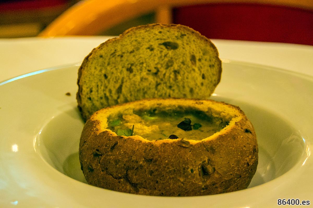 Sopa de champiñones, con tocino casero Zeeland, croutons y cebolla de primavera