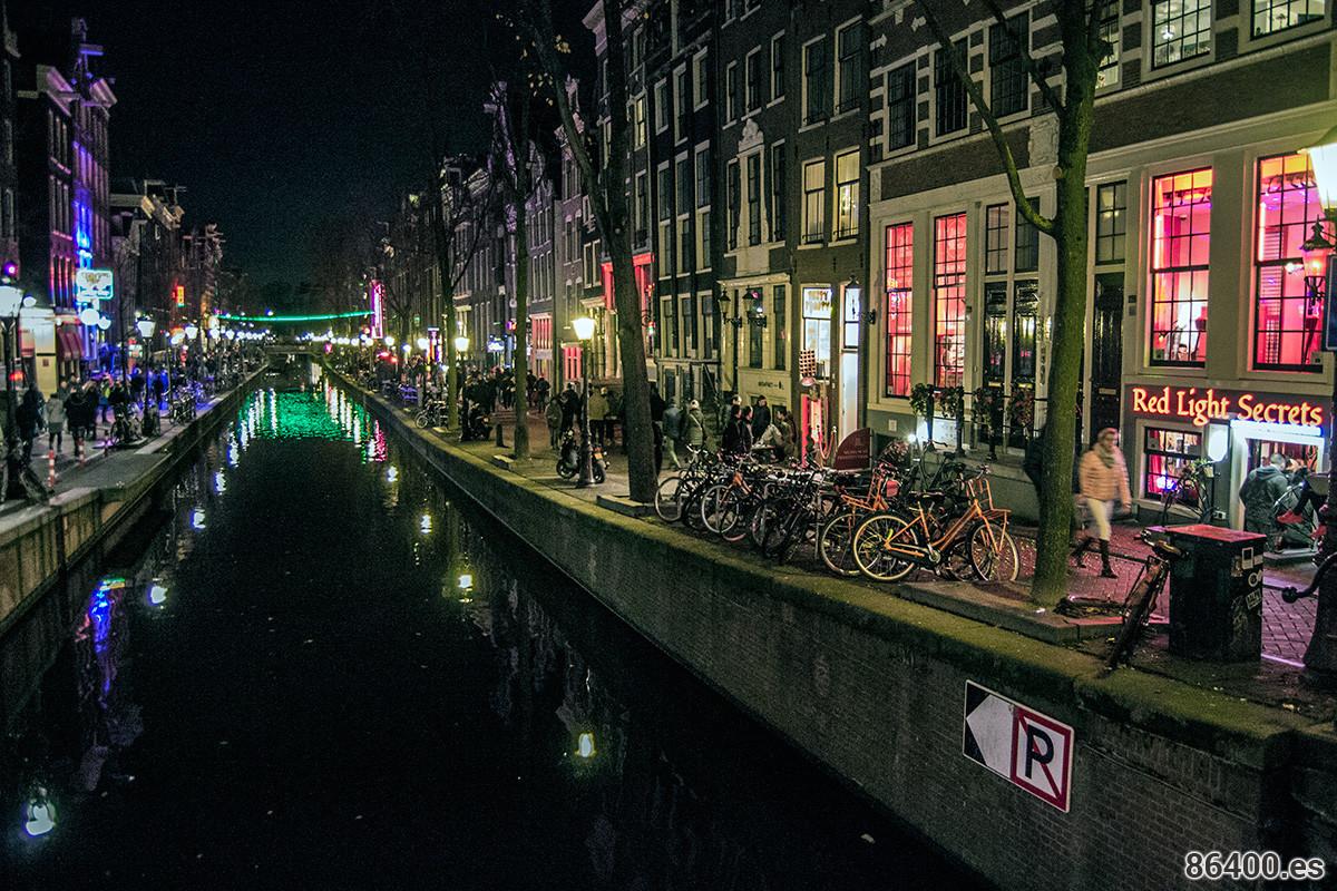 Calle del barrio rojo de Amsterdam donde se pueden apreciar los escaparates donde se exhiben las prostitutas - Recomendaciones Amsterdam