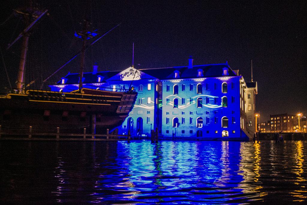 Casa con proyecciones del Water Colors Cruise – Disfrutar Amsterdam