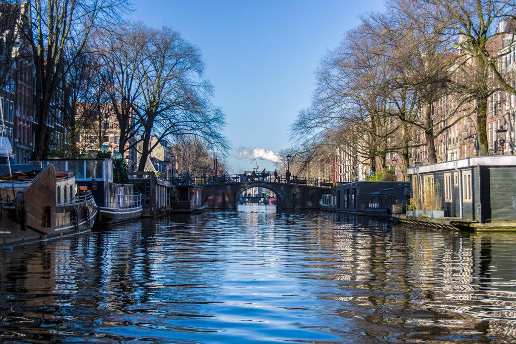 Casas bote desde el tour por los canales – Disfrutar Amsterdam