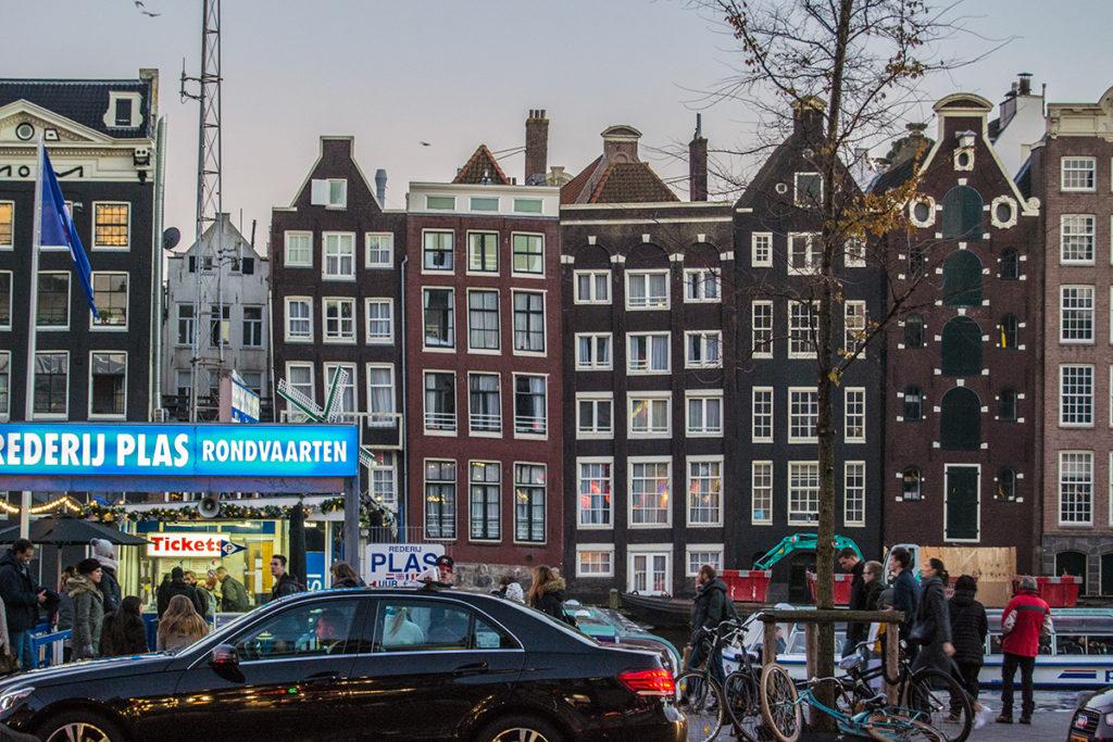Casas del mismo ancho de la calle Damrak - Disfrutar Amsterdam
