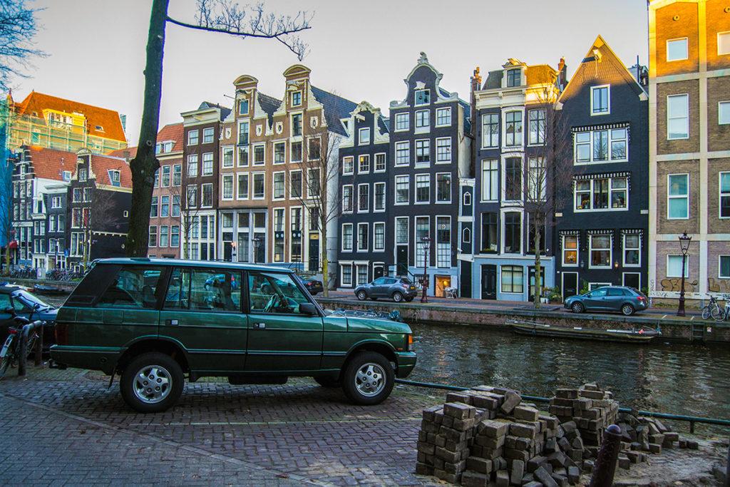 Diferentes gabletes de los edificios y Land Rover - Disfrutar Amsterdam