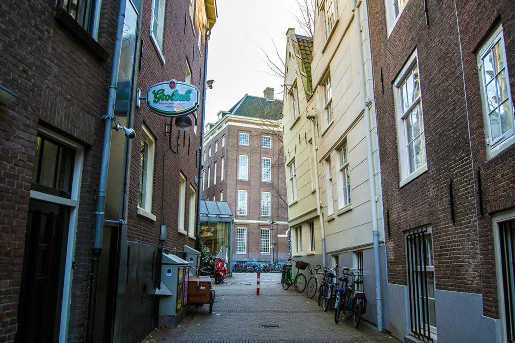 Edificio inclinado hacia delante – Disfrutar Amsterdam