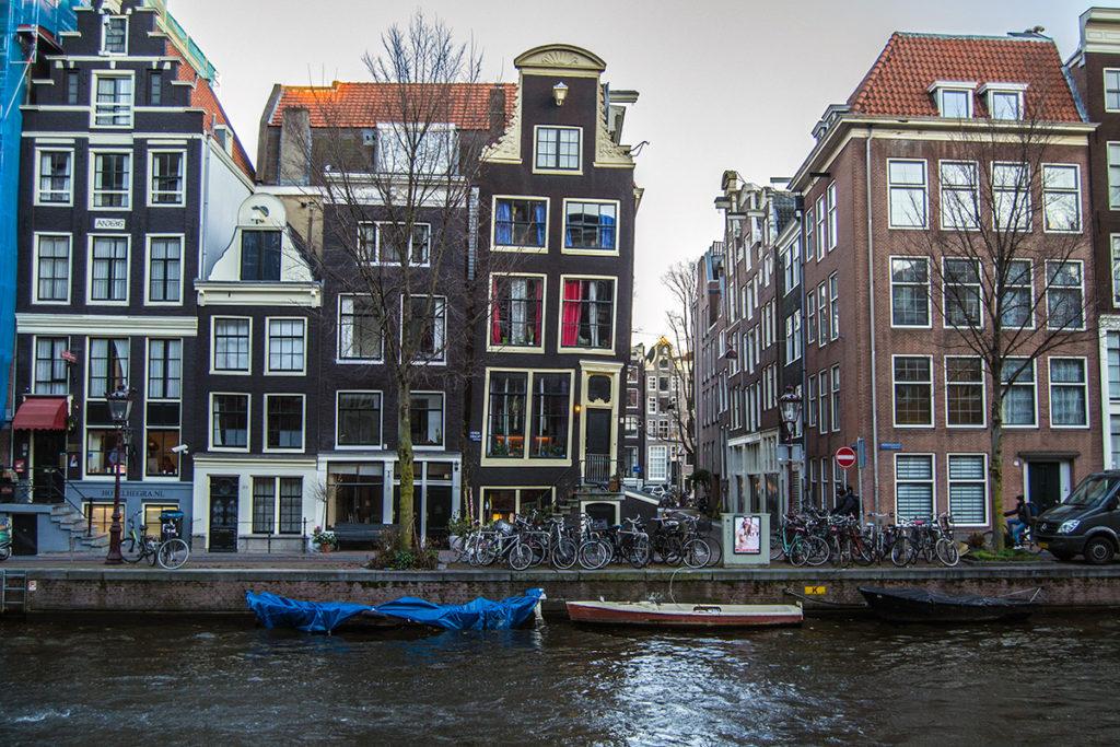 Edificio torcido de Amsterdam – Disfrutar Amsterdam