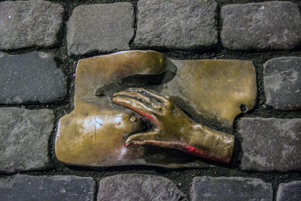 Escultura en el suelo del barrio rojo de Amsterdam - Recomendaciones Amsterdam