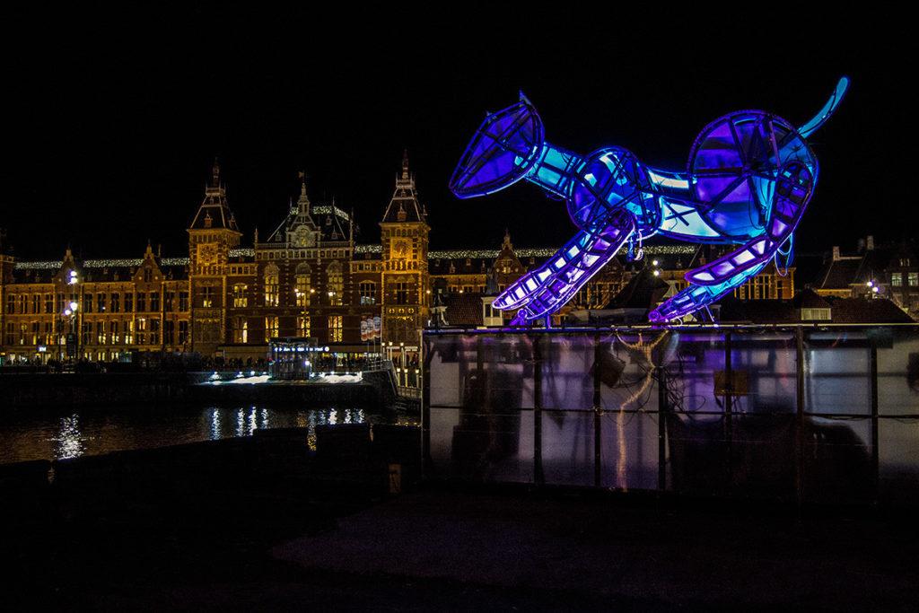 Estación central con iluminación del Water Colors Cruise - Disfrutar Amsterdam
