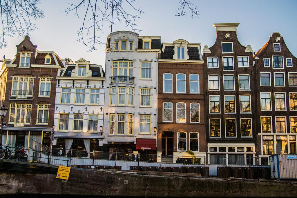 Fachadas de Amsterdam con el mismo ancho – Disfrutar Amsterdam