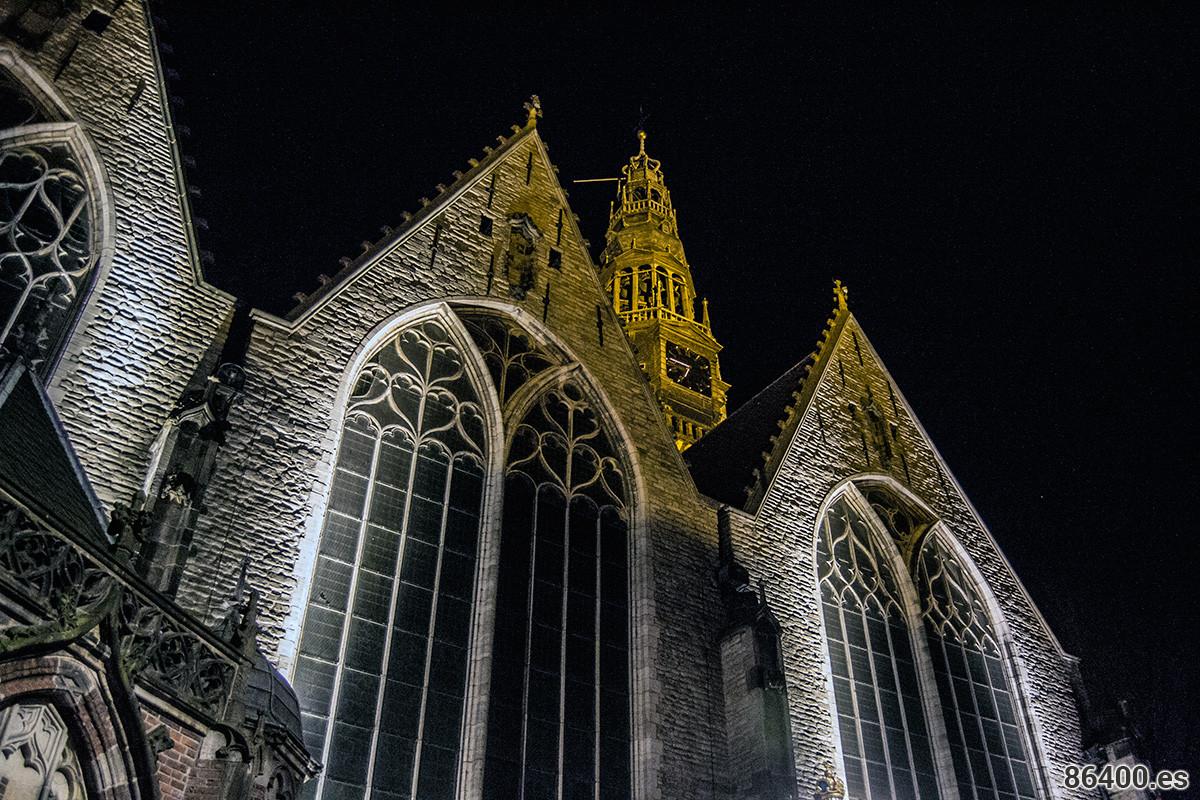 Iglesia Oude Kerk, el edificio más antiguo de Amsterdam en el barrio rojo - Recomendaciones Amsterdam