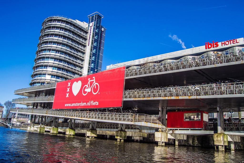 Inmenso aparcamiento de bicicletas cerca de la estación central – Disfrutar Amsterdam