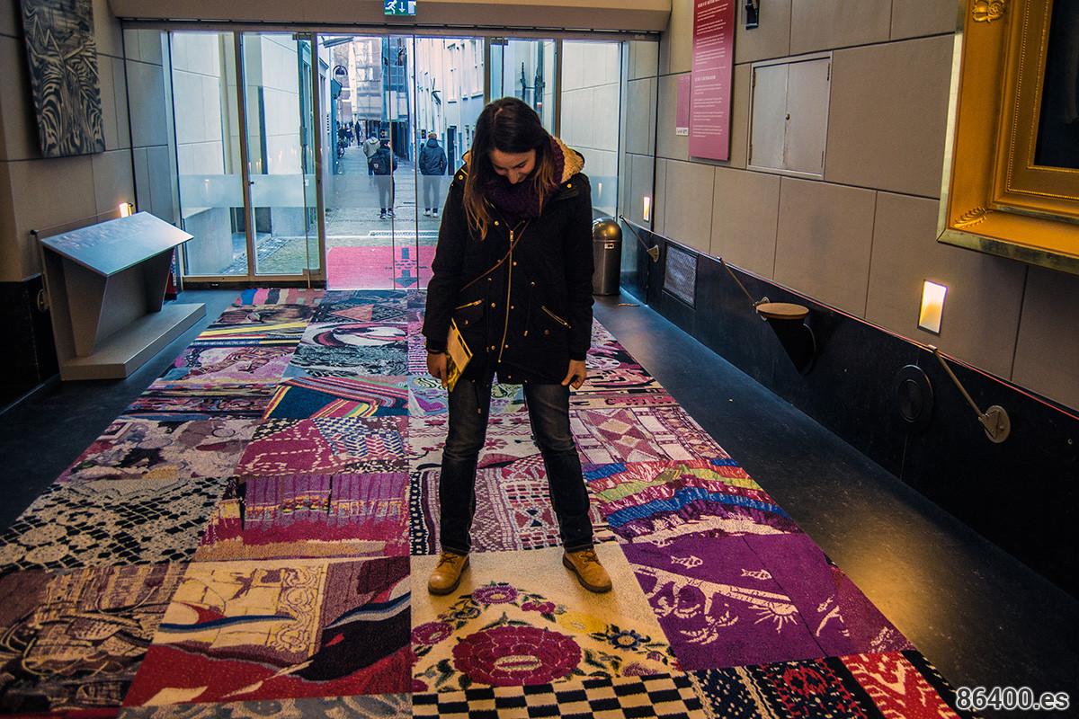 """Nerea con la representación española en el """"patchwork"""" de países en el museo de Amsterdam - Recomendaciones Amsterdam"""