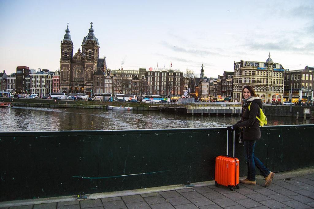 Nerea con maleta Gladiator en la estación central de Amsterdam - Disfrutar Amsterdam