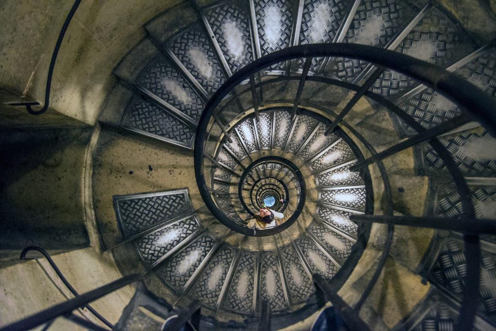 Bajando del Arco del Triunfo – París Pass de dos días