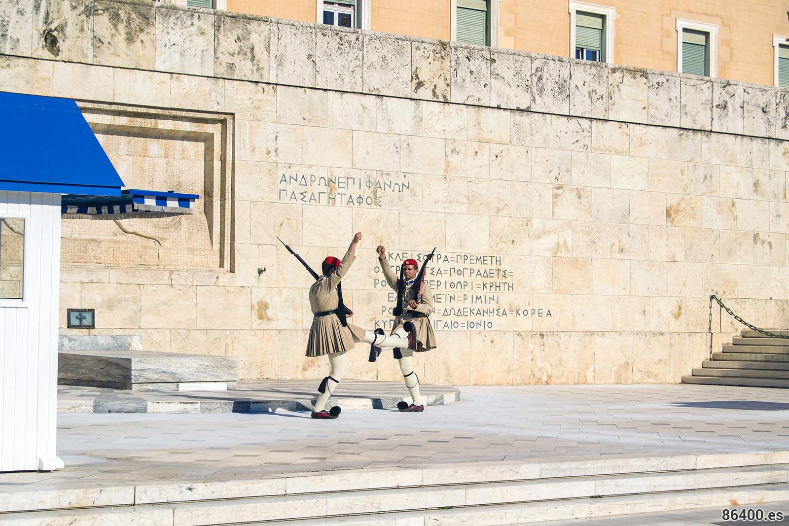 Cambio de guardia en la plaza Syntagma - Explorando Atenas