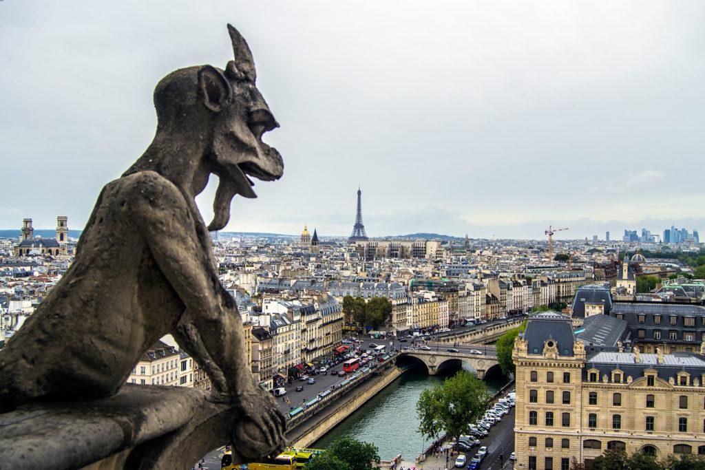 Gárgola y Torre Eiffel de fondo desde las torres de Notre Dame – París Pass de dos días