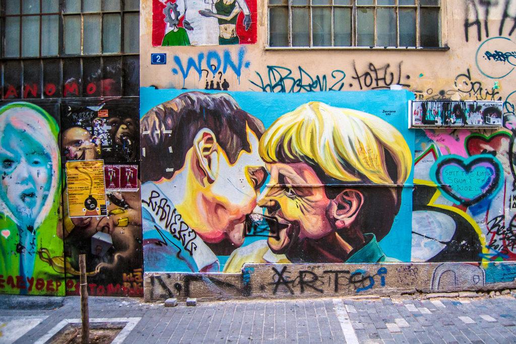 Graffiti beso Merkel con Tsipras - Explorando Atenas
