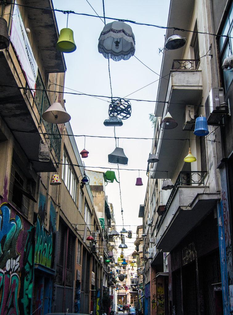 Lámparas colgadas en una calle de Atenas - Explorando Atenas