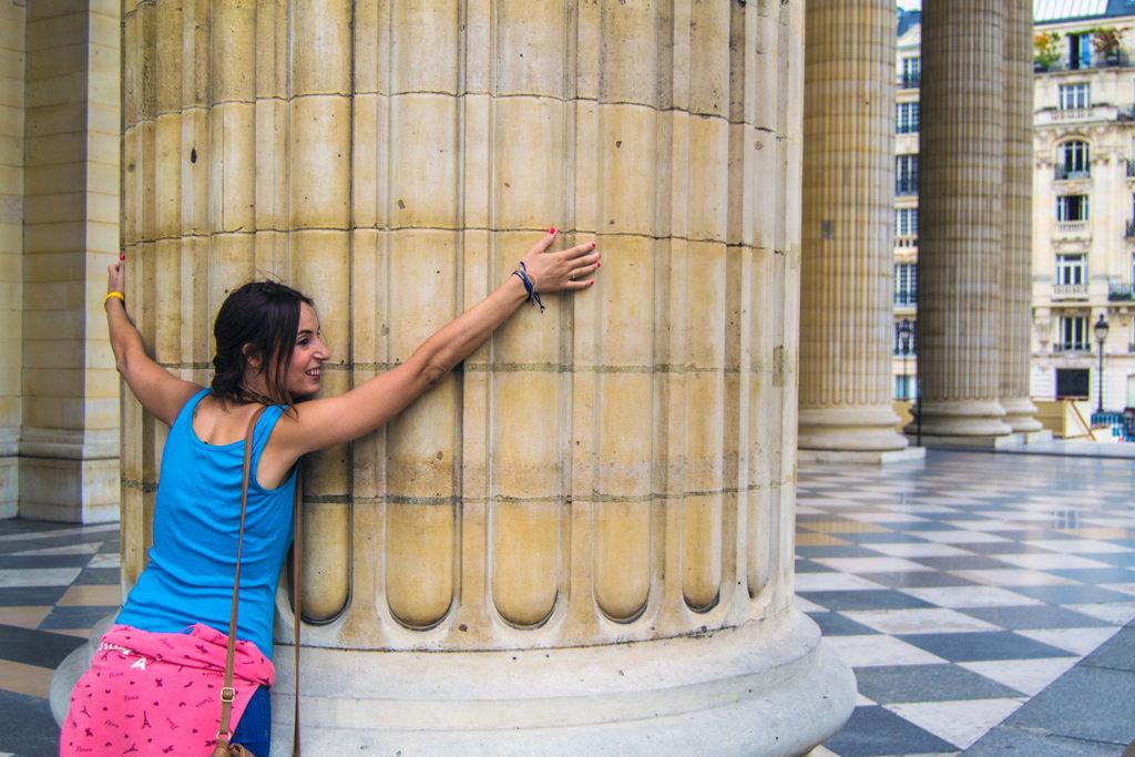 Nerea abrazando una columna del Panteón de París – París Pass de dos días