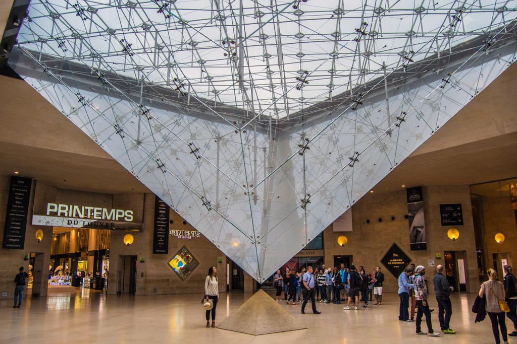 Nerea bajo la gran pirámide de cristal – París Pass de dos días
