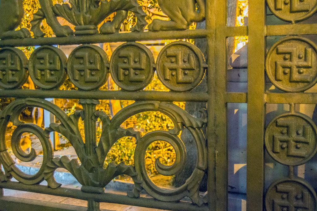 Puerta con esvástikas en el Museo de Numismática de Grecia