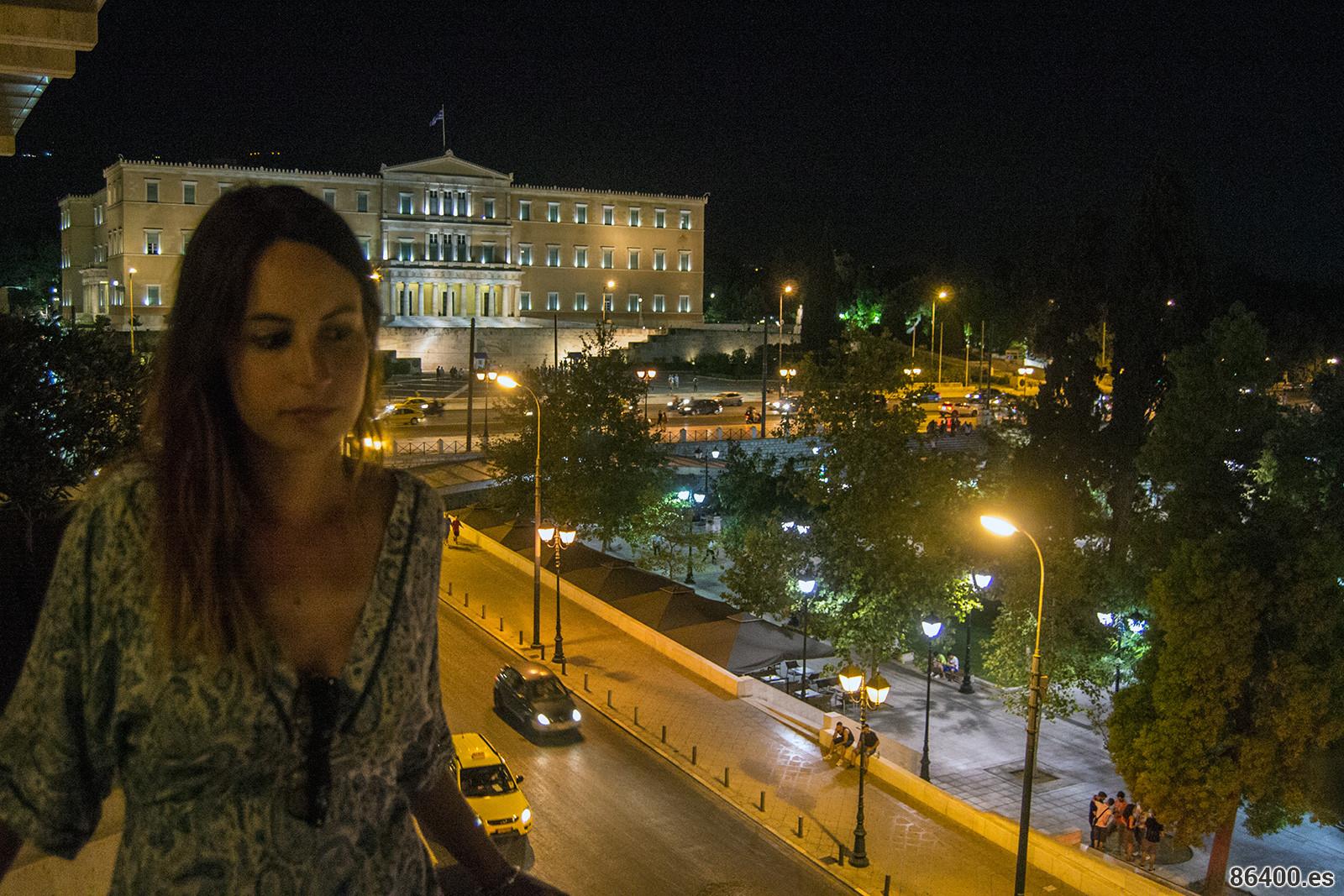Terraza desde nuestra habitación en el NJV Athens Plaza con vistas a la Plaza Syntagma y al parlamento de Grecia - Explorando Atenas