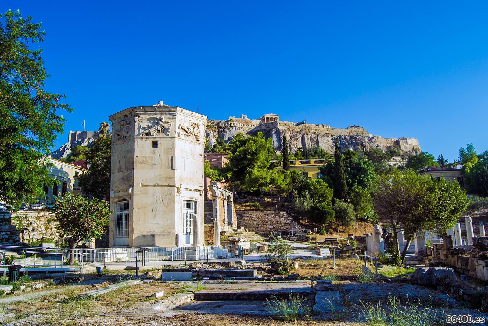 Torre de los Vientos del Ágora de Atenas con la Acrópolis de fondo - Explorando Atenas