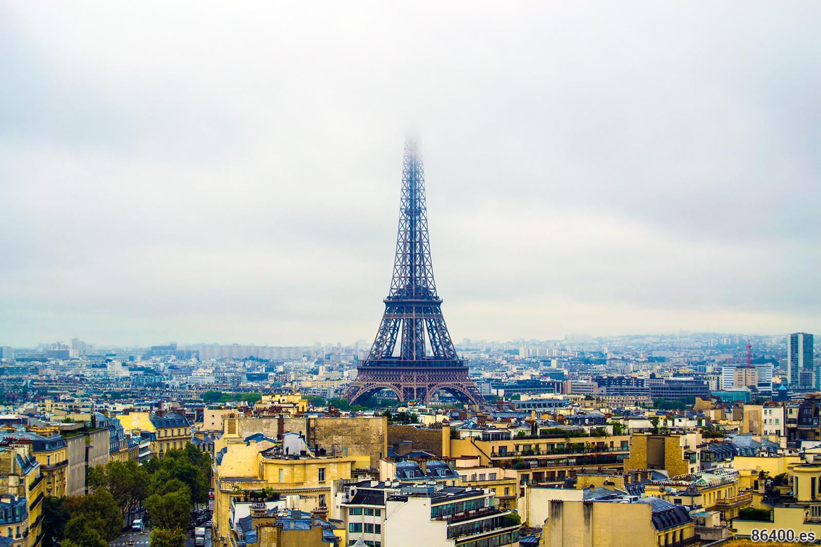 Vistas desde el Arco del Triunfo de la Torre Eiffel nublada – París Pass de dos días