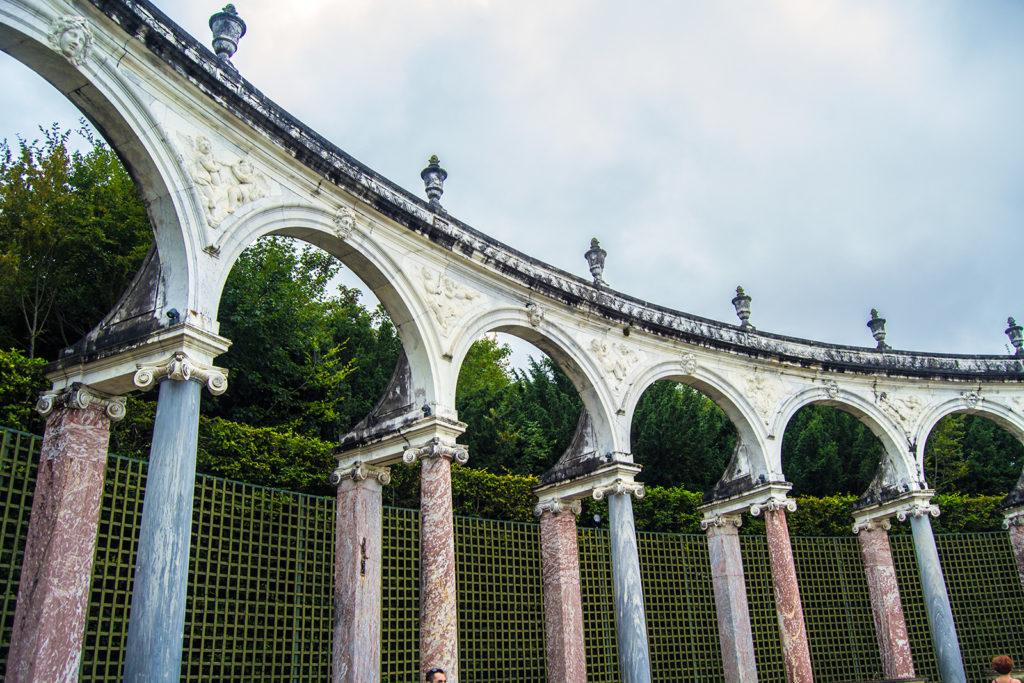 Bosquete de la Colonnade en los Jardines de Versalles – Palacio de Versalles desde París