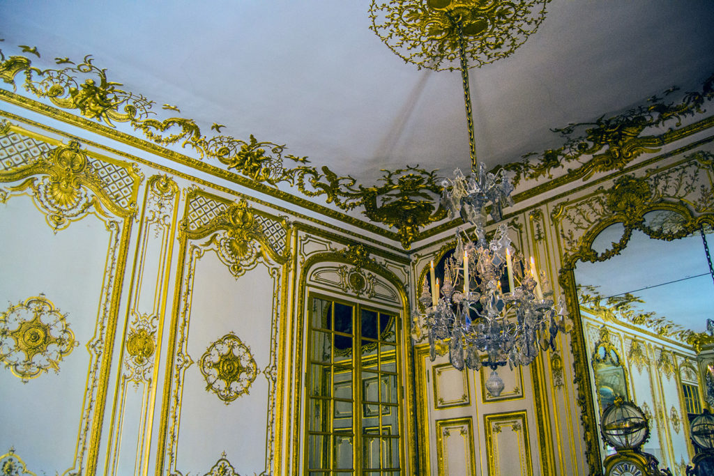Sala dorada, lugar de recibimiento tras una jornada de caza – Aposentos privados del Palacio de Versalles