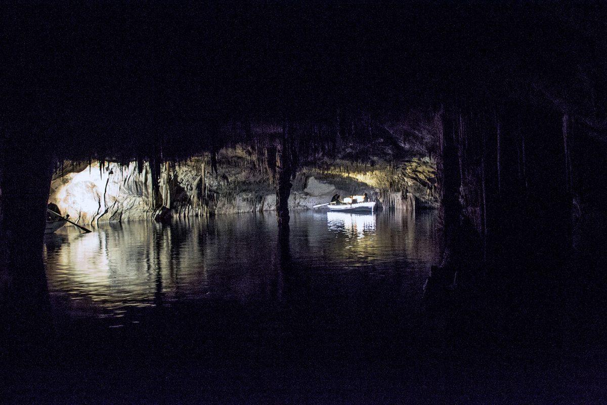 Banda tocando en el lago de las cuevas del Drach (2) - qué ver en Mallorca