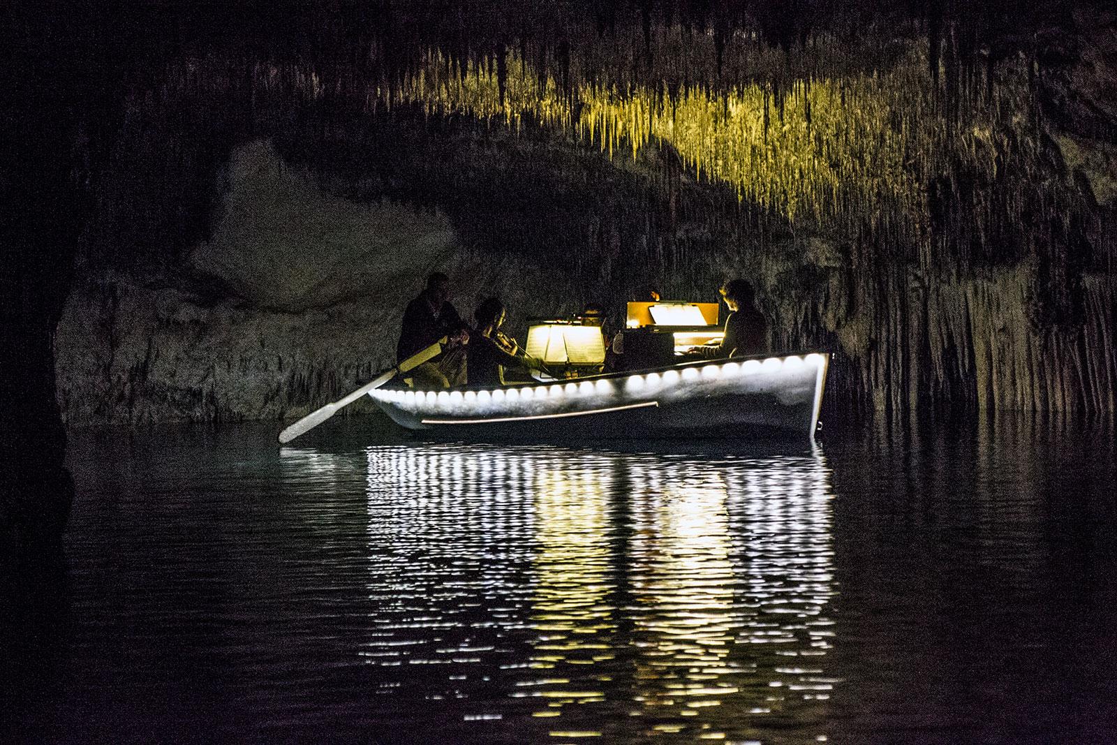 Banda tocando en el lago de las cuevas del Drach - qué ver en Mallorca