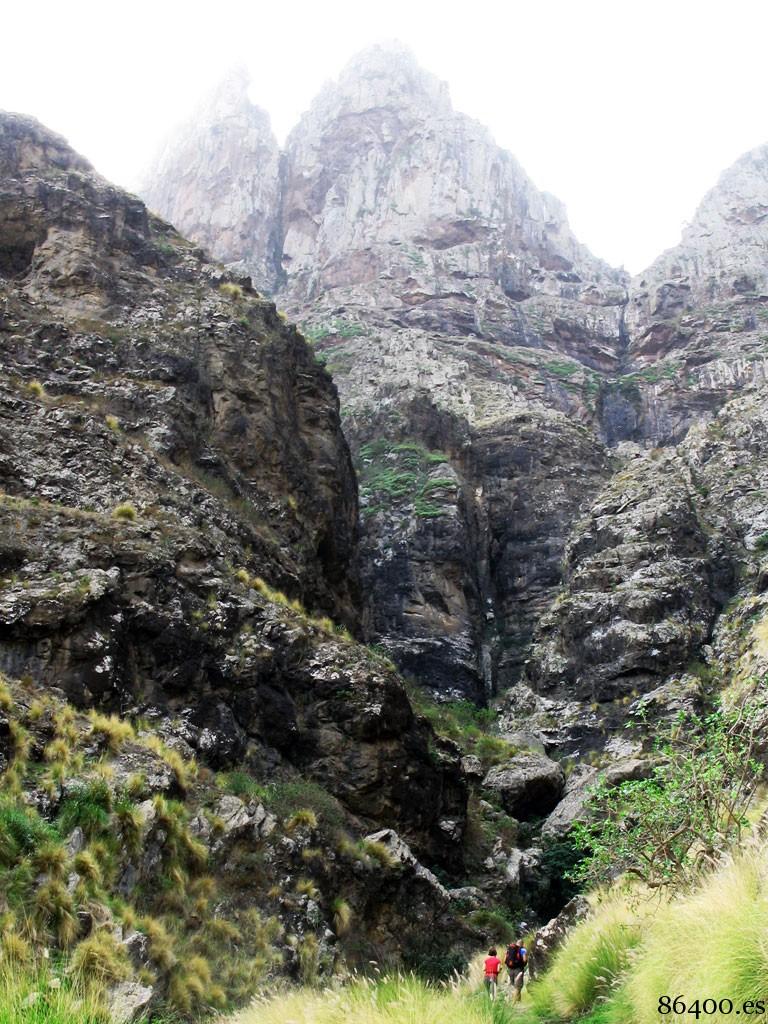 Garganta donde se encuentra la fuente de agua natural