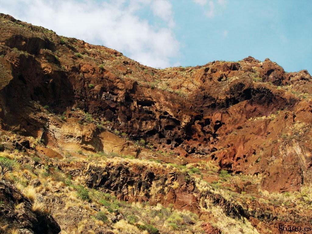 Detalle de las cuevas en la montaña